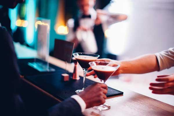 handing-drinks