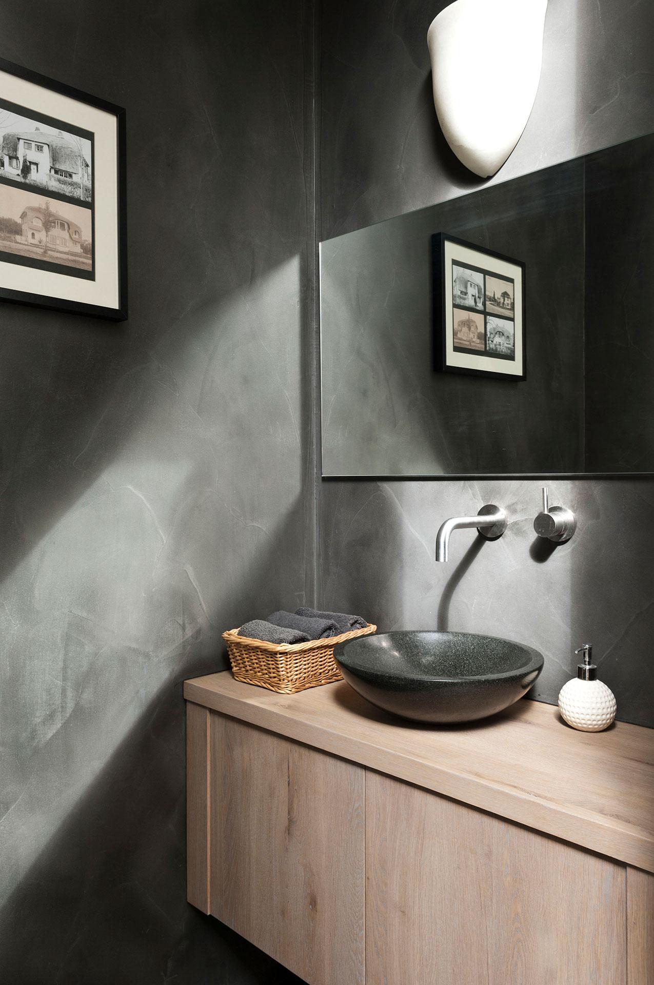 Zwarte badkamer met hout