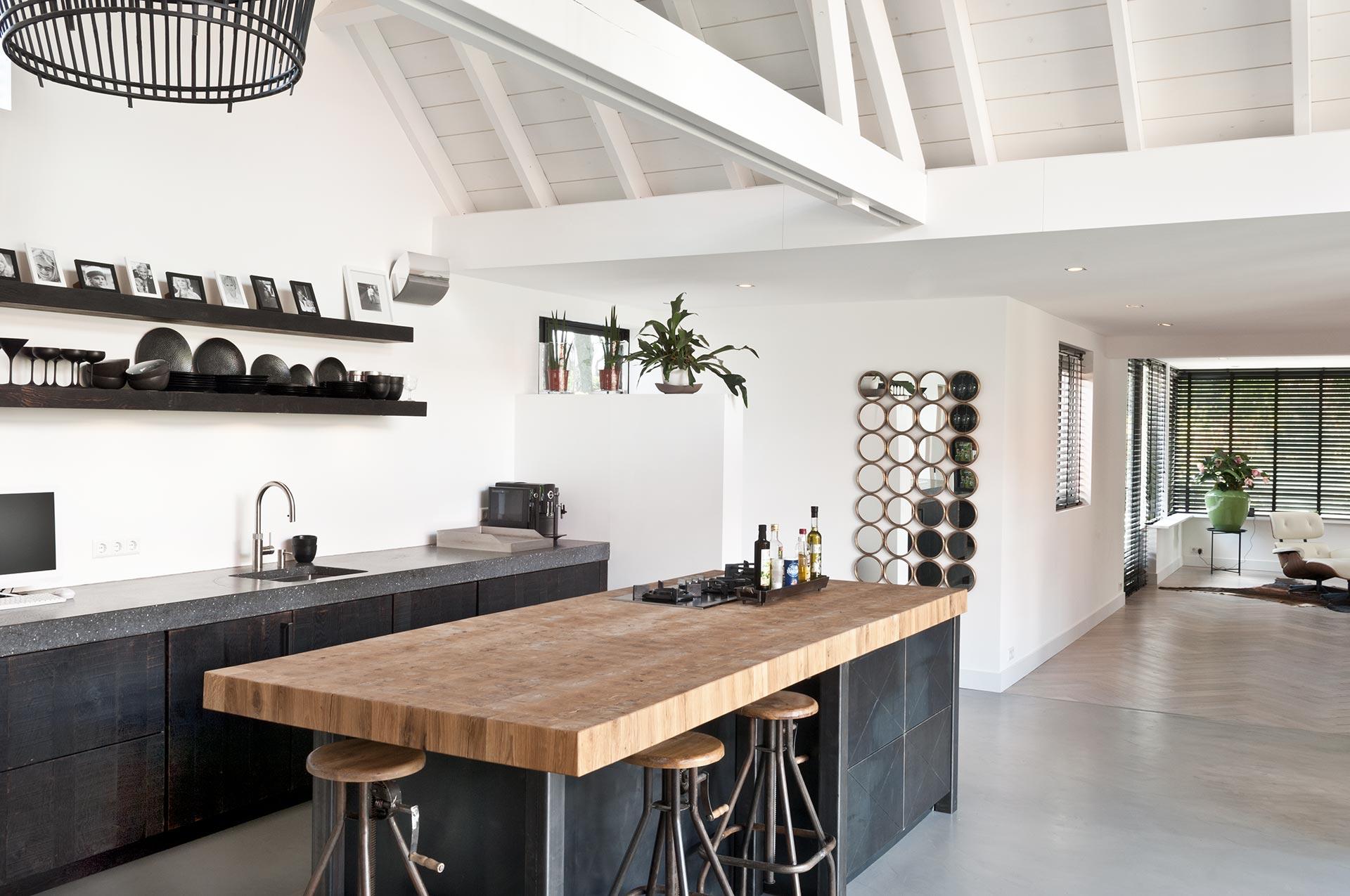 Keuken van staal, steenen hout