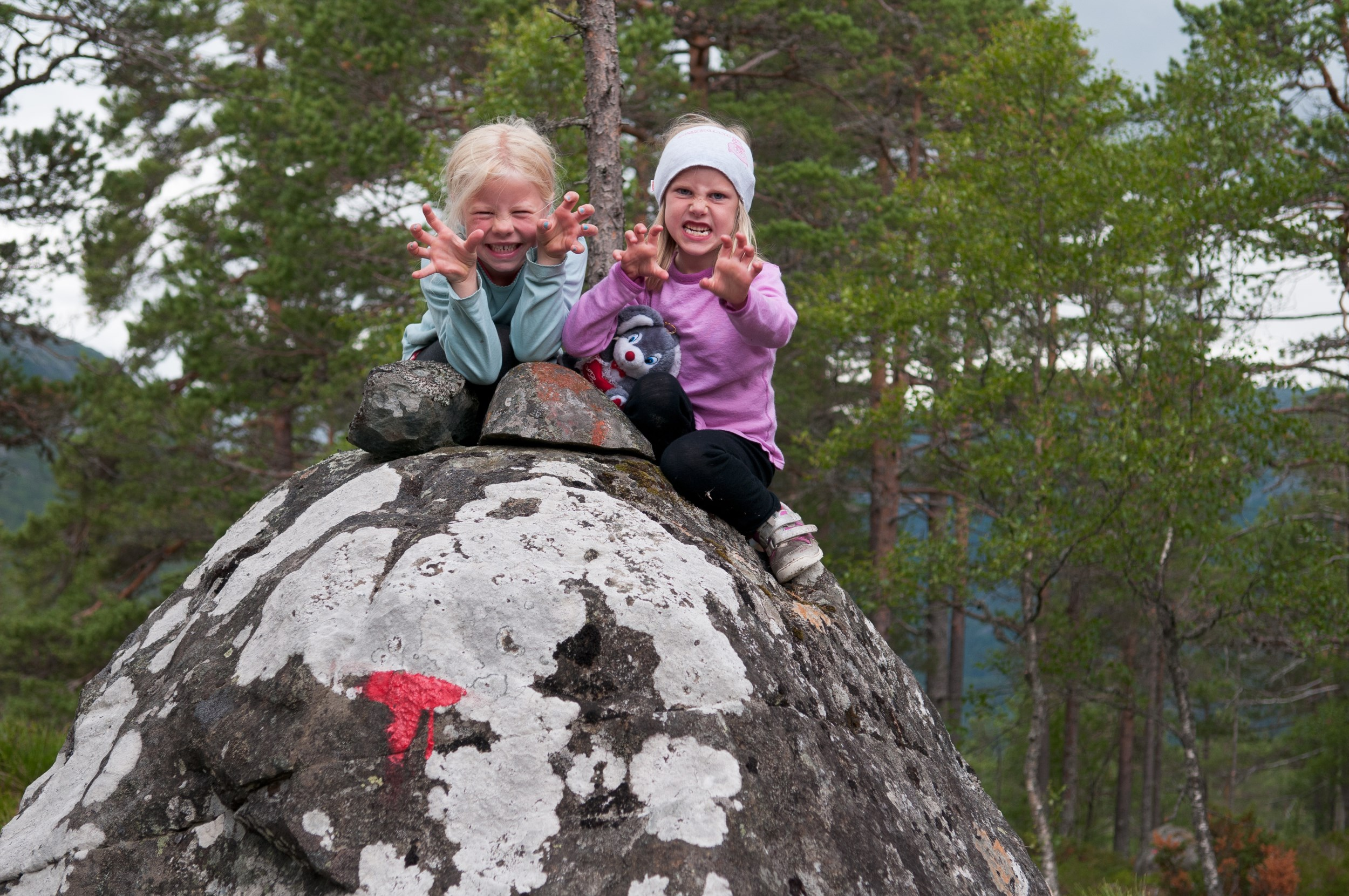 Picture of children playing outdoors in Suldal
