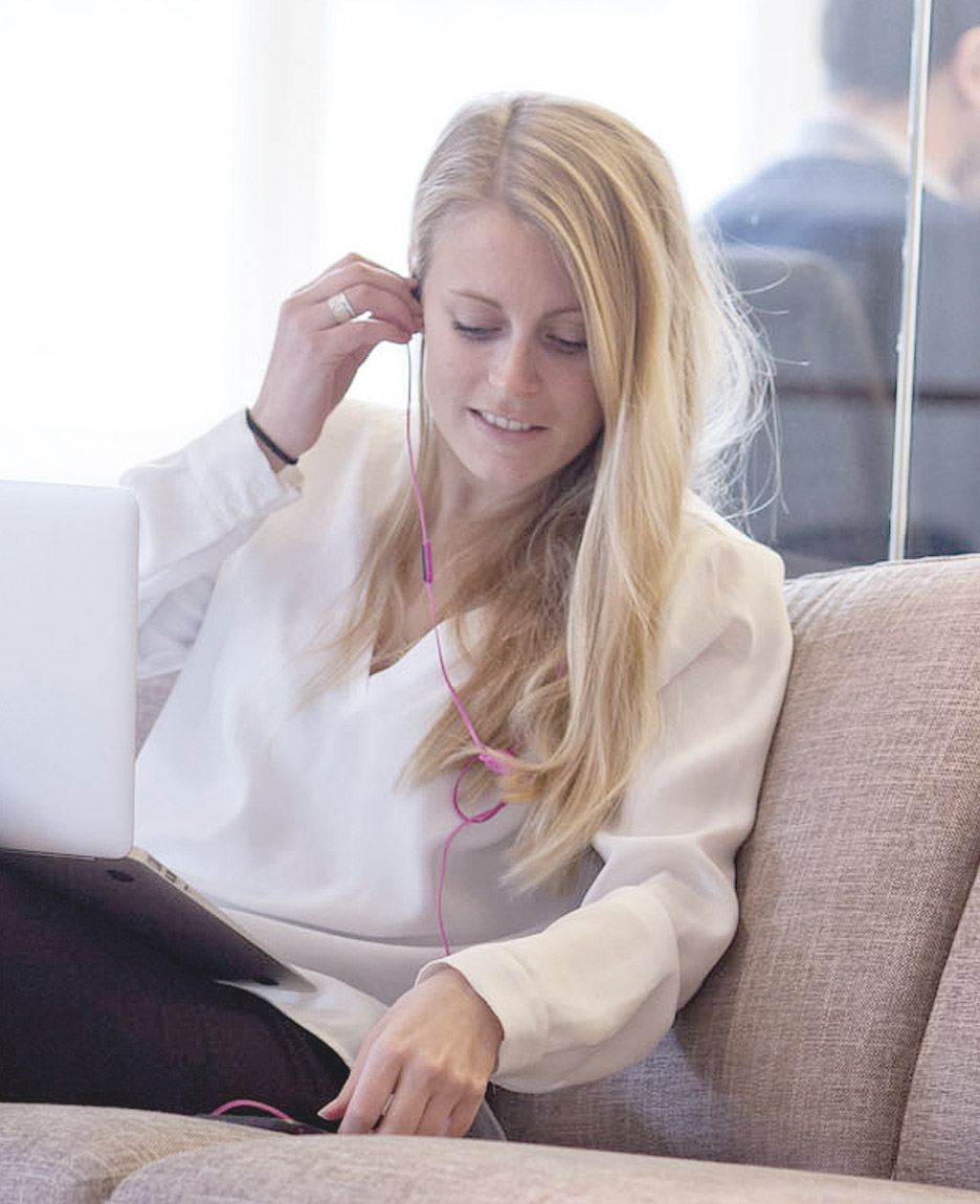 Caroline Engström sitting in the sofa talking to a customer