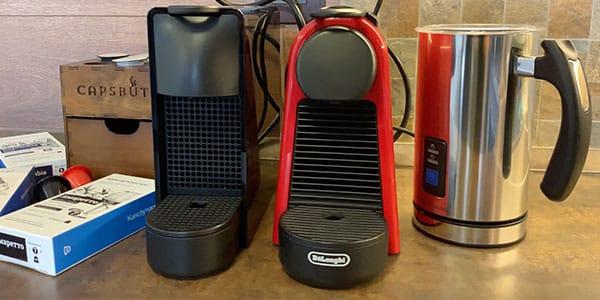 Фотография кофемашин Essenza Mini EN85 и C30 с капучинатором и капсулами Капсбутик кофе
