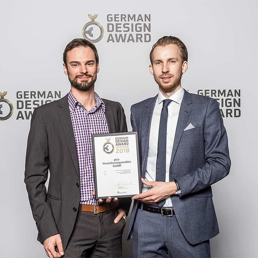 Simon und Benjamin nehmen den German Design Award 2018 für ideenhunger entgegen