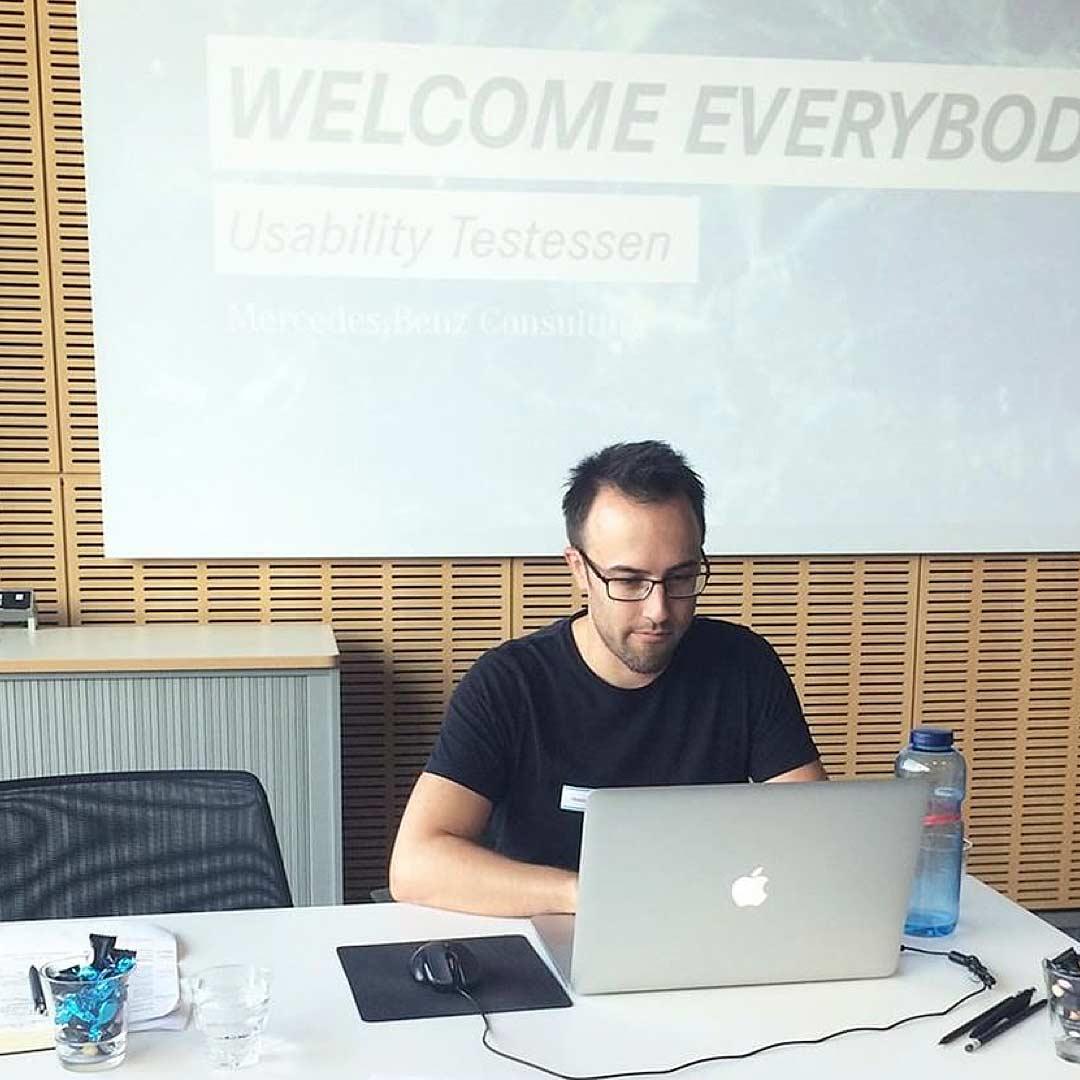 ideenhunger konzentriert beim Usability-Testessen in den Räumlichkeiten von Mercedes-Benz Consulting!
