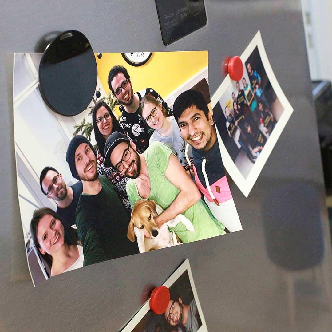 Bilder als Andenken gemeinsamer Zeit hängen an dem ideenhunger-Kühlschrank