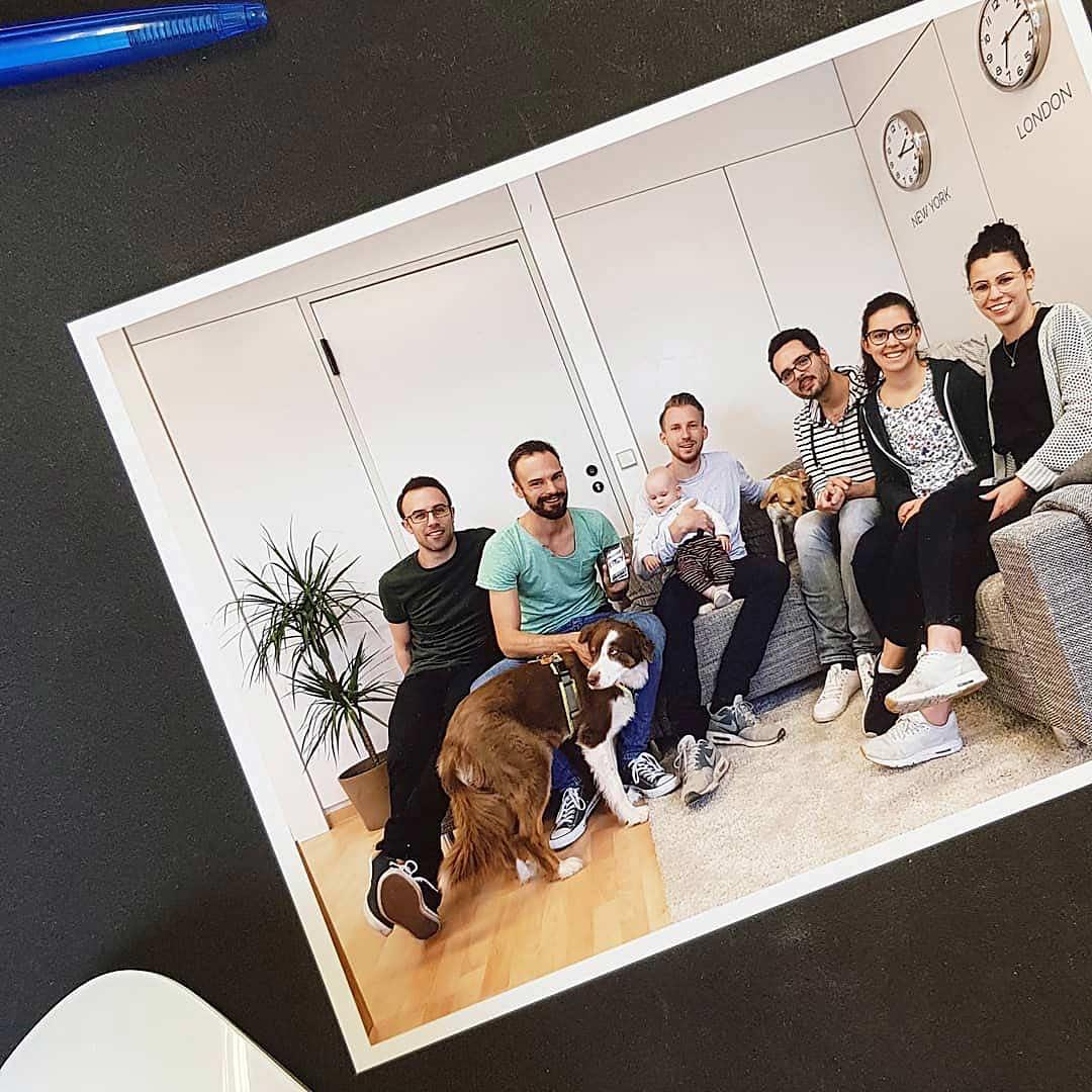 Ein Gruppenfoto des ideenhunger-Teams für den Kollegen Marvin