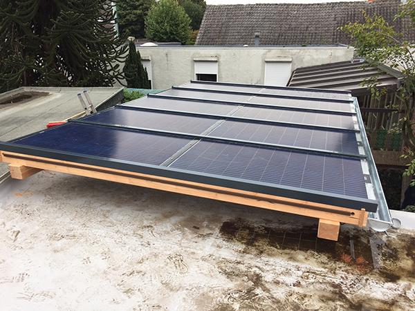Houten veranda met zonnepanelen levert € 530,- per jaar op!