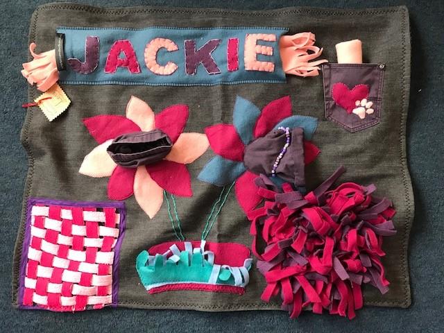 Handgemaakte snuffelmat met leuke verrassingen. Als je dat wilt naaien we de naam van je hond met fleeceletters op de mat. Gemiddelde afmeting 55 x 40 cm