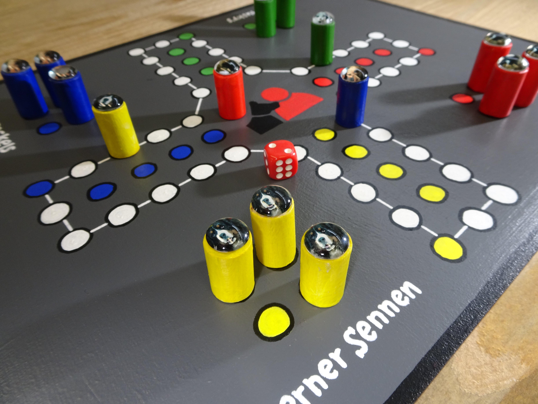 Het enige échte Contacthond spel! Wie gaat er winnen? De teckels? De berner senners? Het ultieme cadeau voor onder de kerstboom. Handgemaakte fiches met afbeeldingen van de honden.