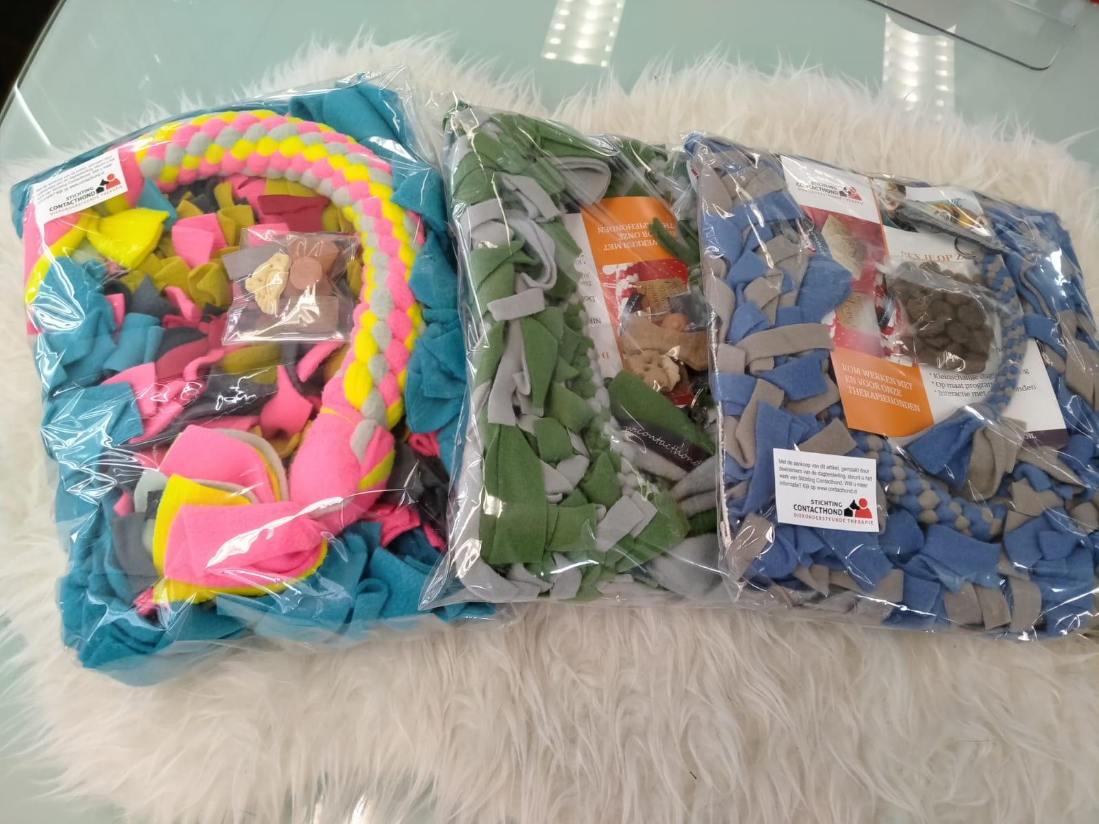 Een pakket bestaande uit een stramienmat, een sleutelhanger, speeltouw en puzzelfloss. Diverse pakketen met verschillende prijzen en kleuren