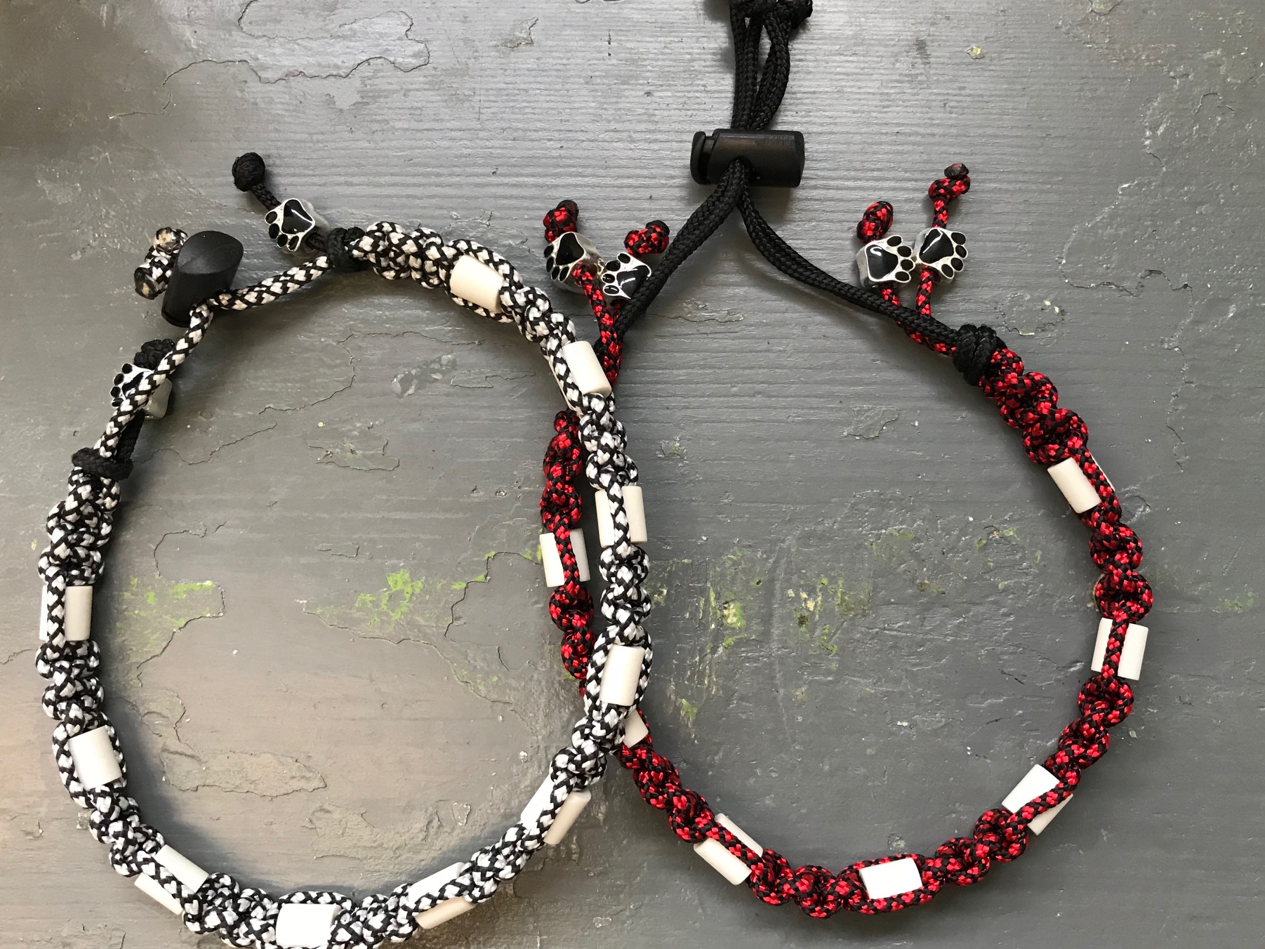 Antiteken en vlooienband, wordt naar wens gemaakt op kleur en lengte. Prijs afhankelijk van lengte, startend bij 10 euro voor Small, 12, 50 euro M, 15 euro L.