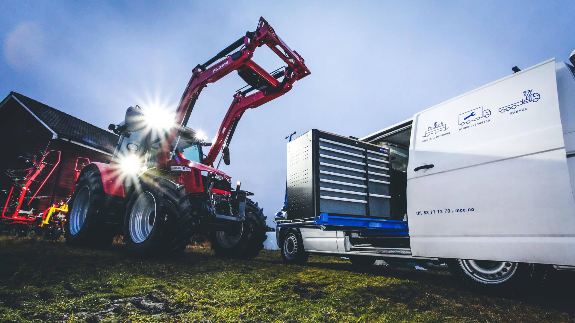 Bilde av traktor og servicebil
