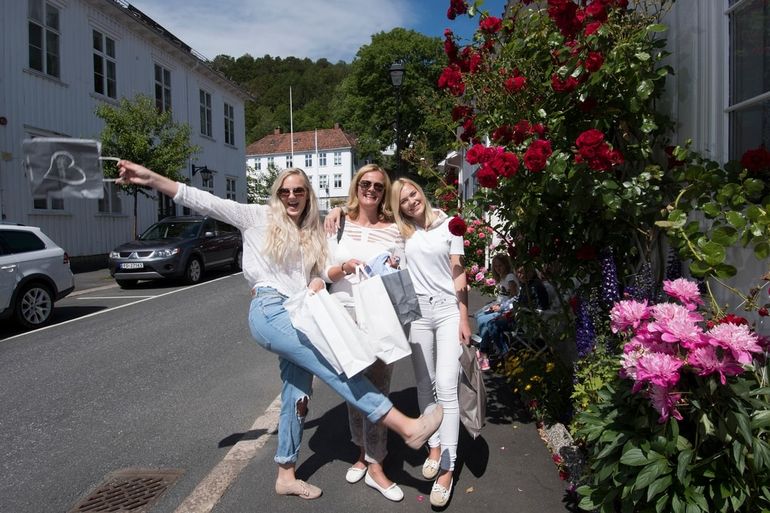 Photo of ladies with shopping bags in Risør city centre