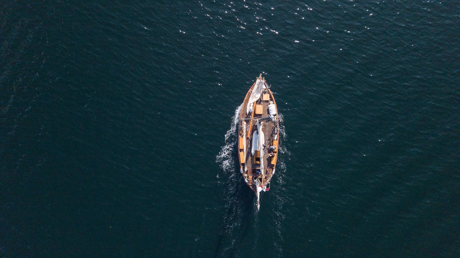 Bilde av en seilbåt på sjøen