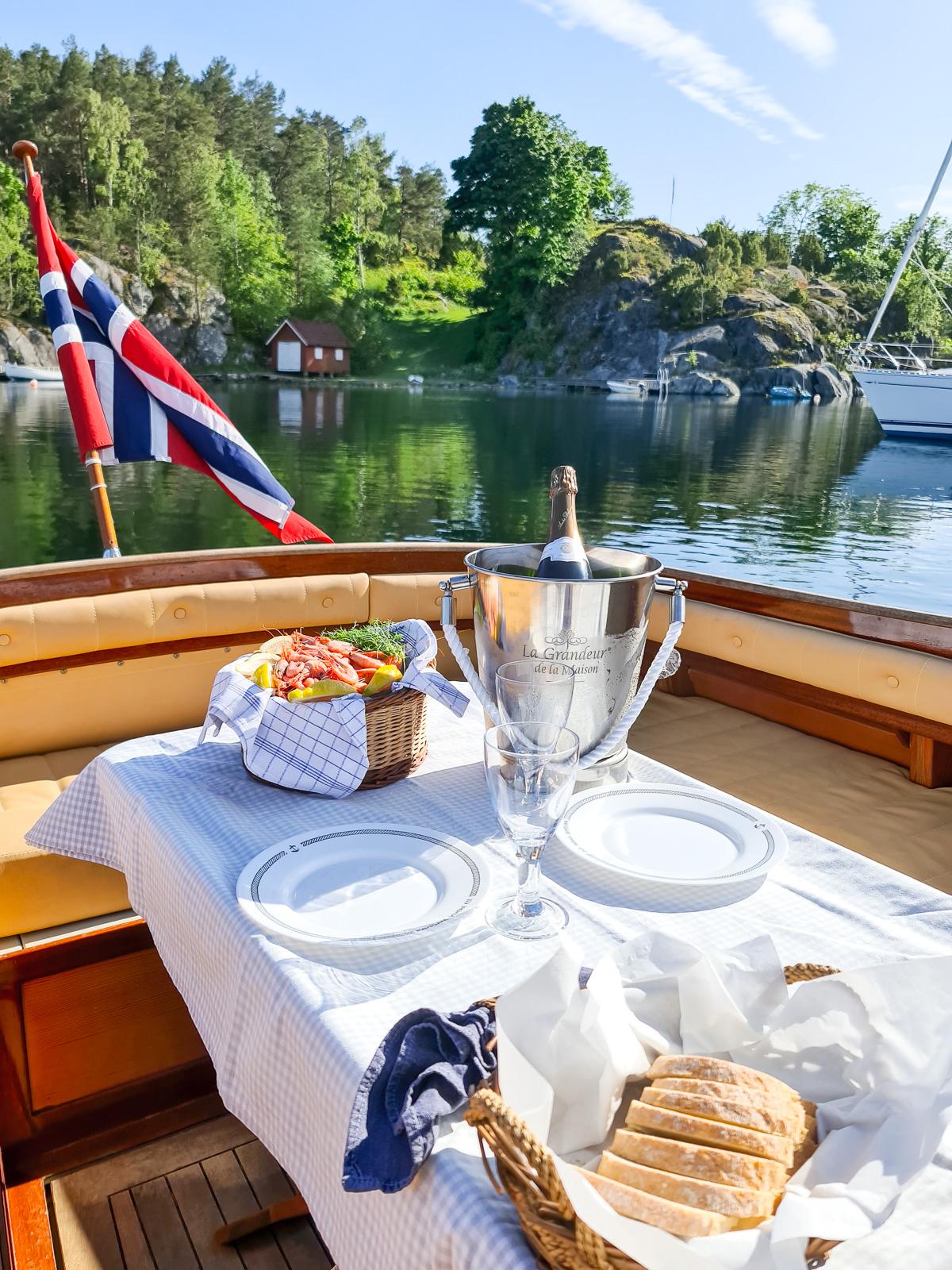 Bilde av piknik om bord på en båt