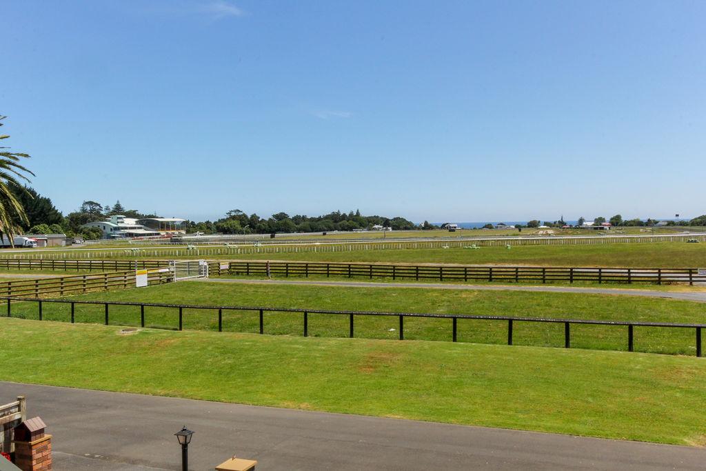 5 Saddle Row - Welbourn