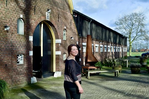 Gastvrouw Nicole voor de podiumzaal van Erve Bonkert, congrescentrum, trainingscentrum, groepsaccommodatie in Diepenheim op de grens van Twente en de Achterhoek