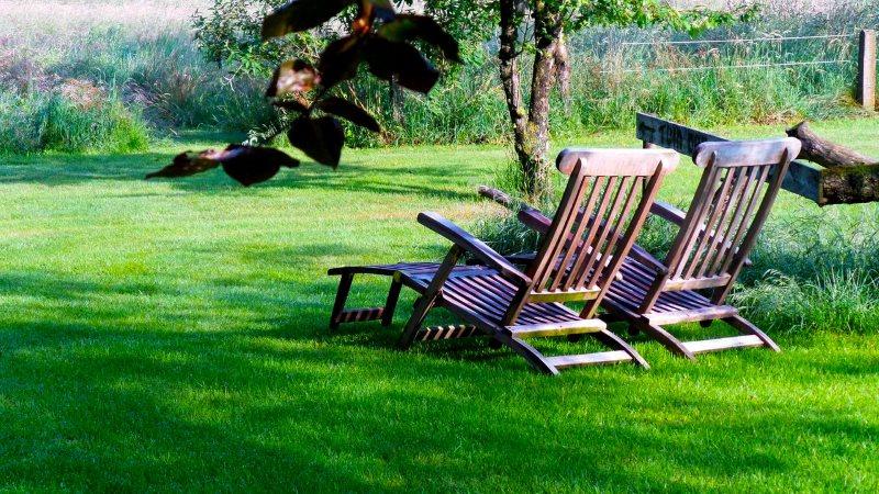 Relaxen in de tuin van de Woeste Wieven op erve bonkert in Diepenheim