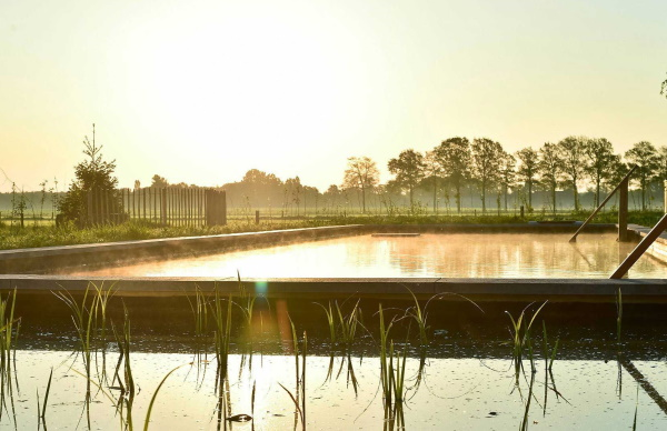 Het drie hectare grote buitenterrein met de vele zitplekken is tijdens de zakelijke bijeenkomsten inzetbaar