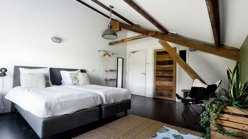 Bij De Woeste Wieven kunt u een fijne kamer boeken op boetiekhotel-niveau allemaal corona proof