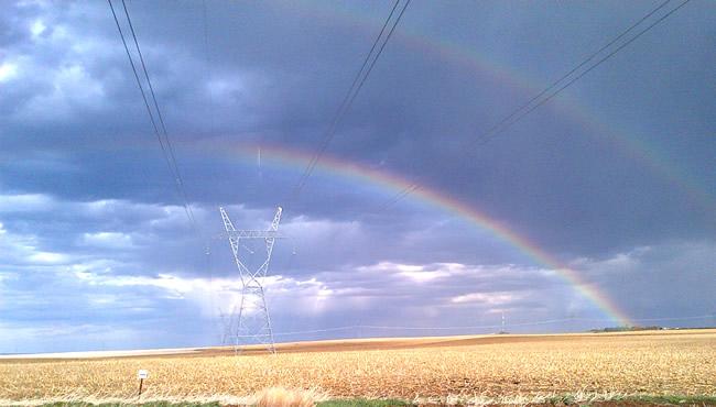 彩虹拱起输电线路