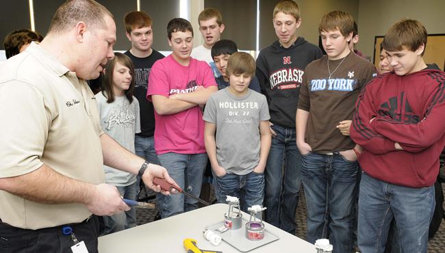 学生们聚集在能源教育家周围学习STEM