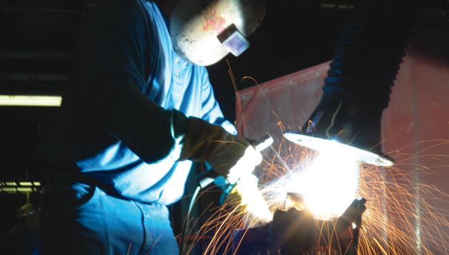 单个焊接时飞溅的火花