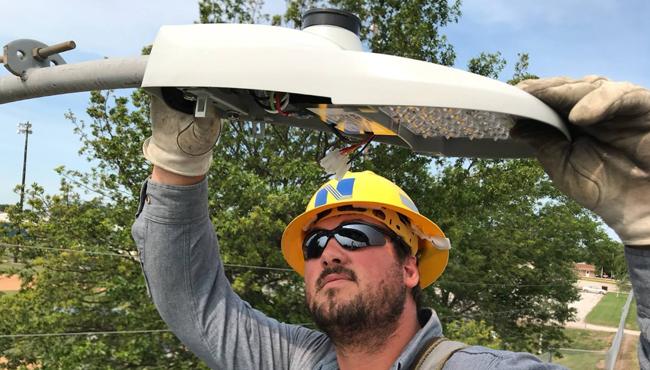 技术人员安装LED路灯