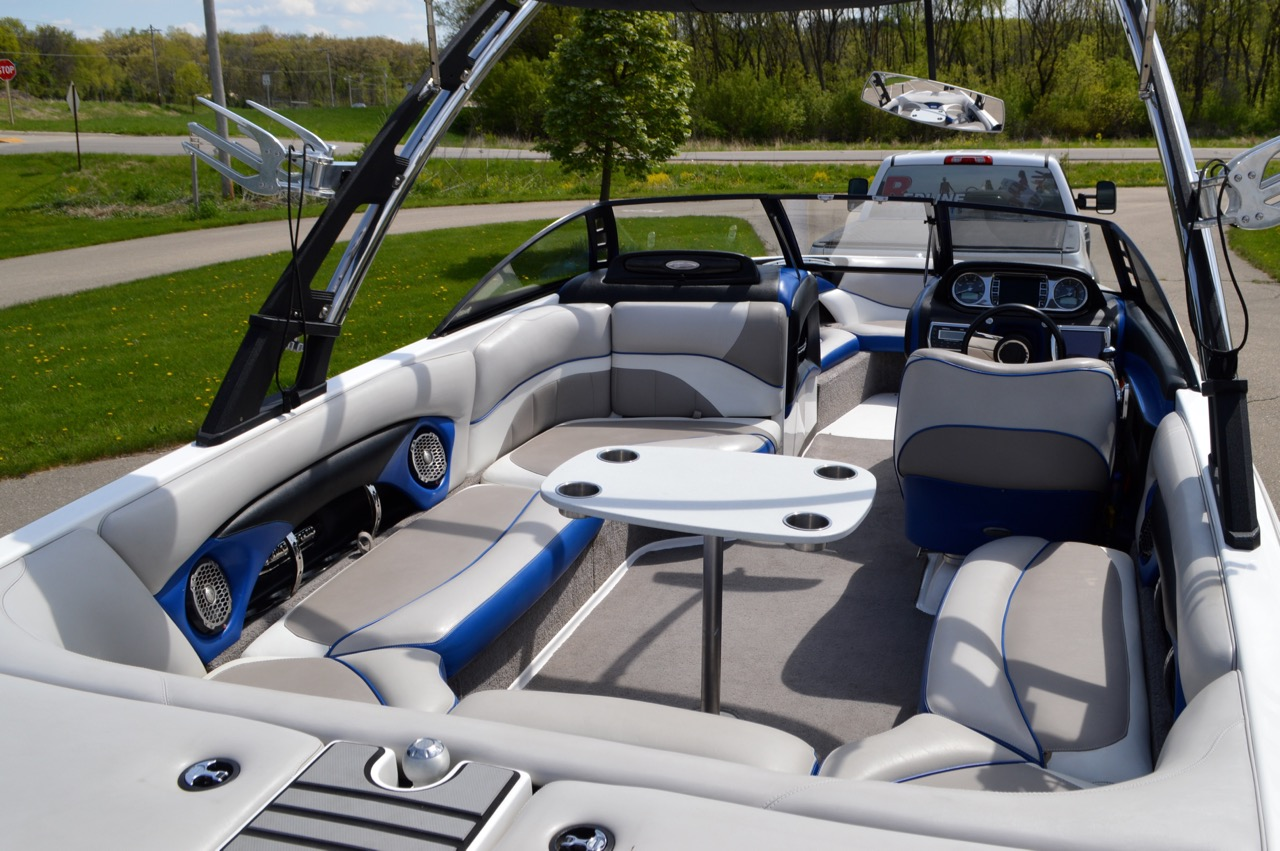 2012 Malibu Wakesetter 23 LSV_Cockpit with table