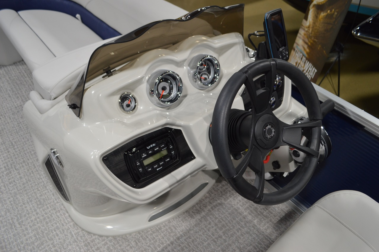 2020 Avalon LSZ Rear Fish 21_4103_Helm with fish finder