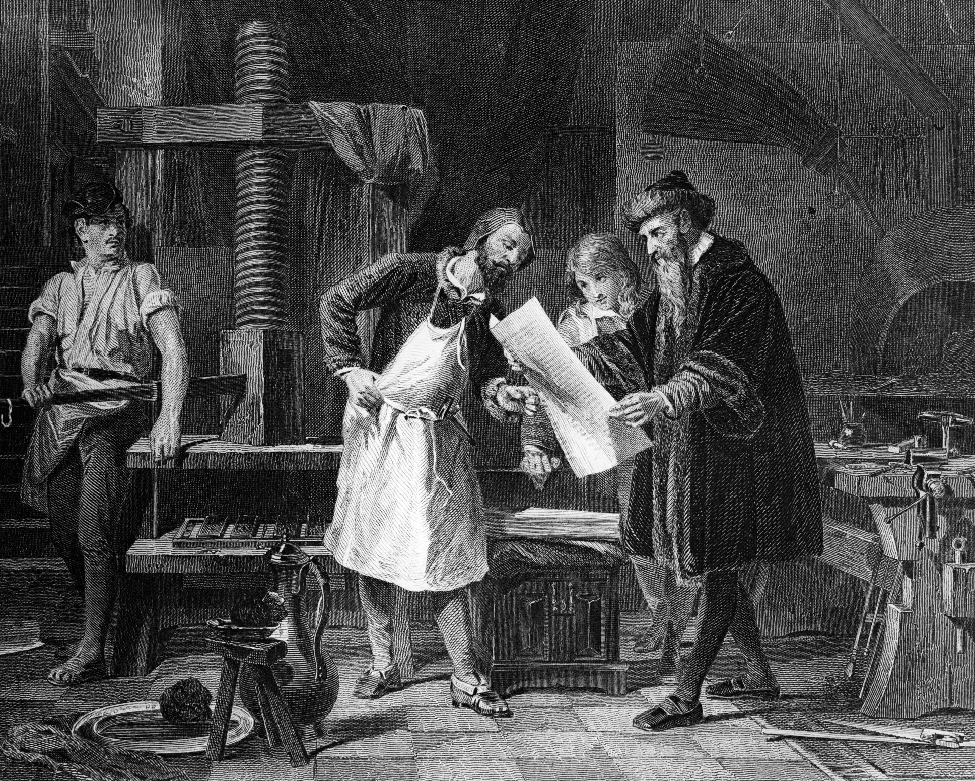 Antiker Kupferstich von Gutenberg der mit Mitarbeiter an seiner Druckmaschine arbeitet.