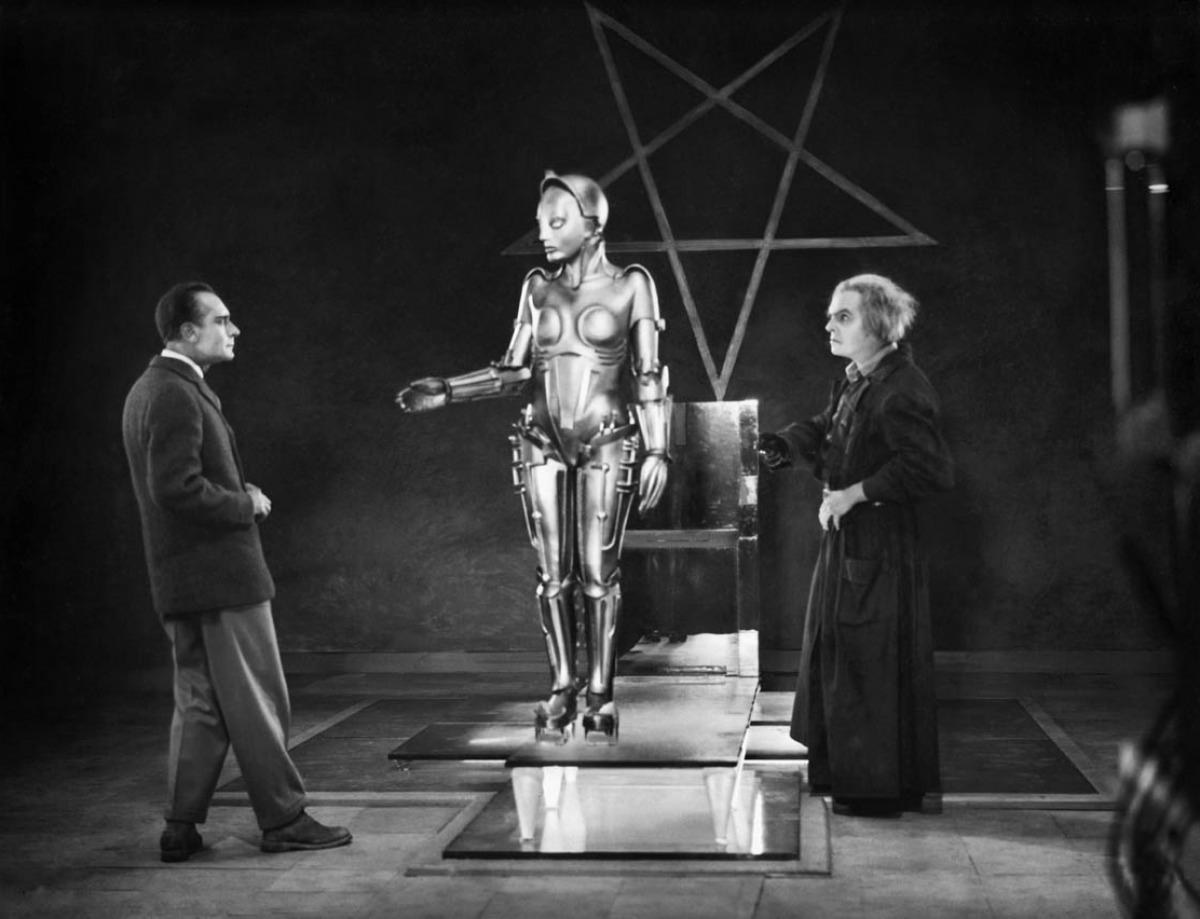 Schwarz-Weiss Filmstil aus Metropolis mit zwei Männern die gerade einem Roboter oder Android die Hand reichen wollen.