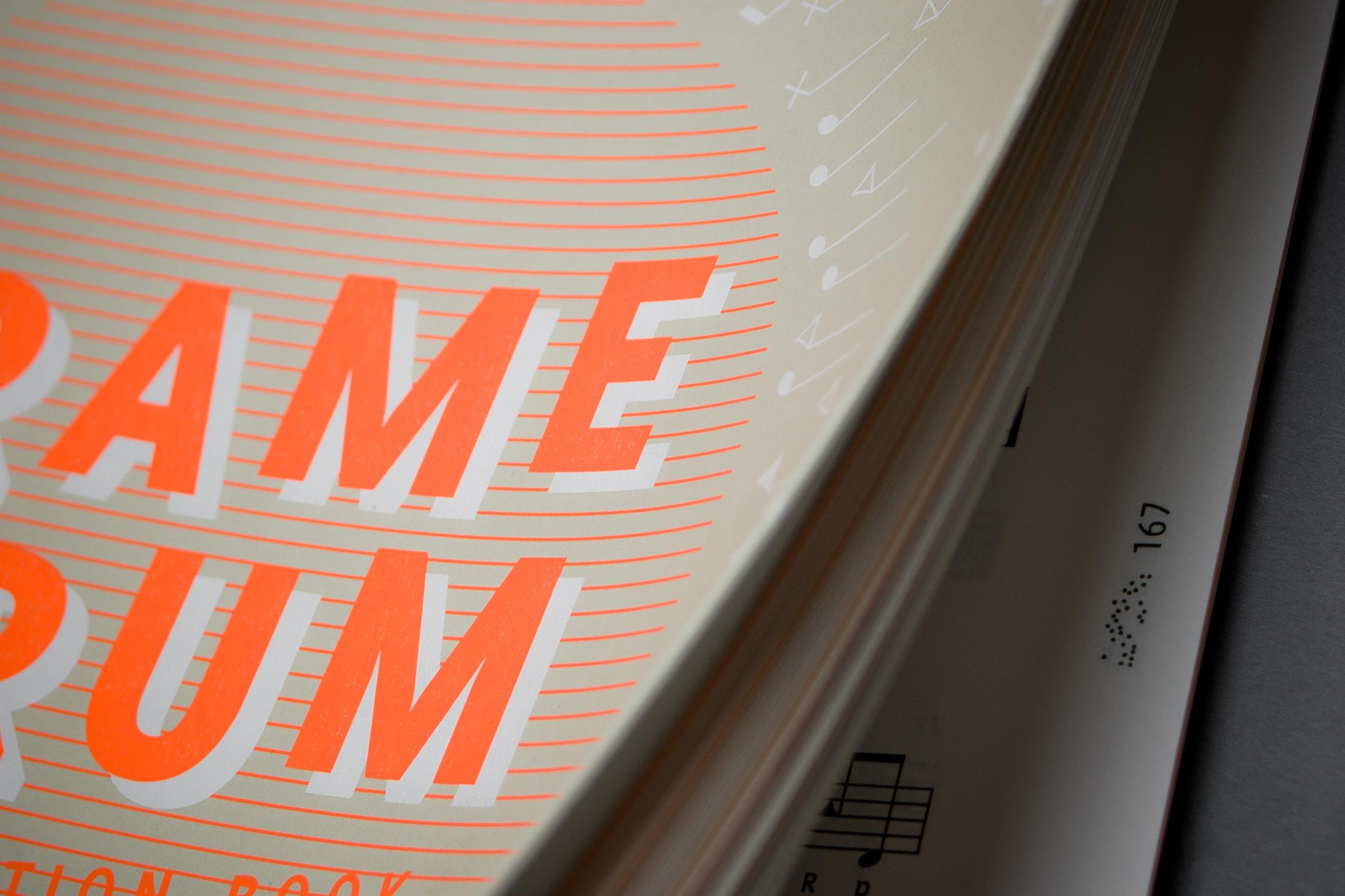 Detailansicht eines aufgeblätterten Übungsheft mit Fokus auf die Details des Covers und den Seitenindex