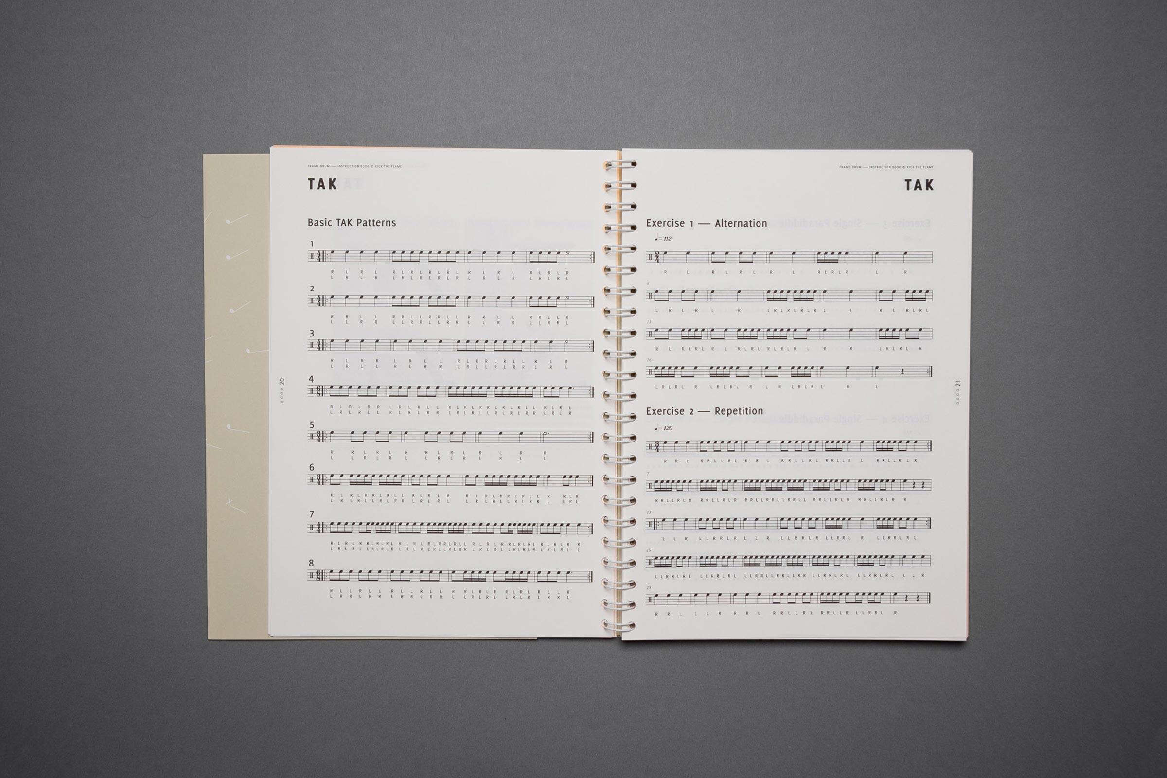 Draufsicht eines aufgeblätterten Übungsheft, Doppelseite mit Drumkeys und Noten