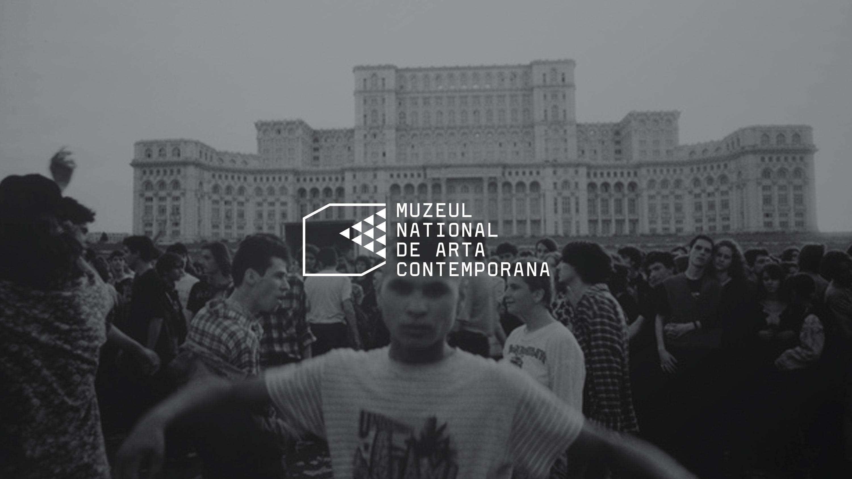 abgedunkeltes schwarz-weiss-Bild mit demonstrierende Menschenmenge vor rumänischen Regierungspalast, davor weißes Logo vom MNAC
