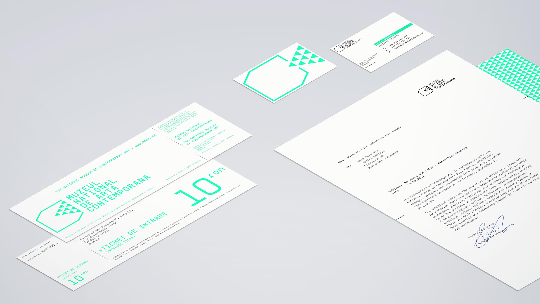 Musterbriefbogen, -visitenkarten und -eintrittskarten auf grauem Hintergrund