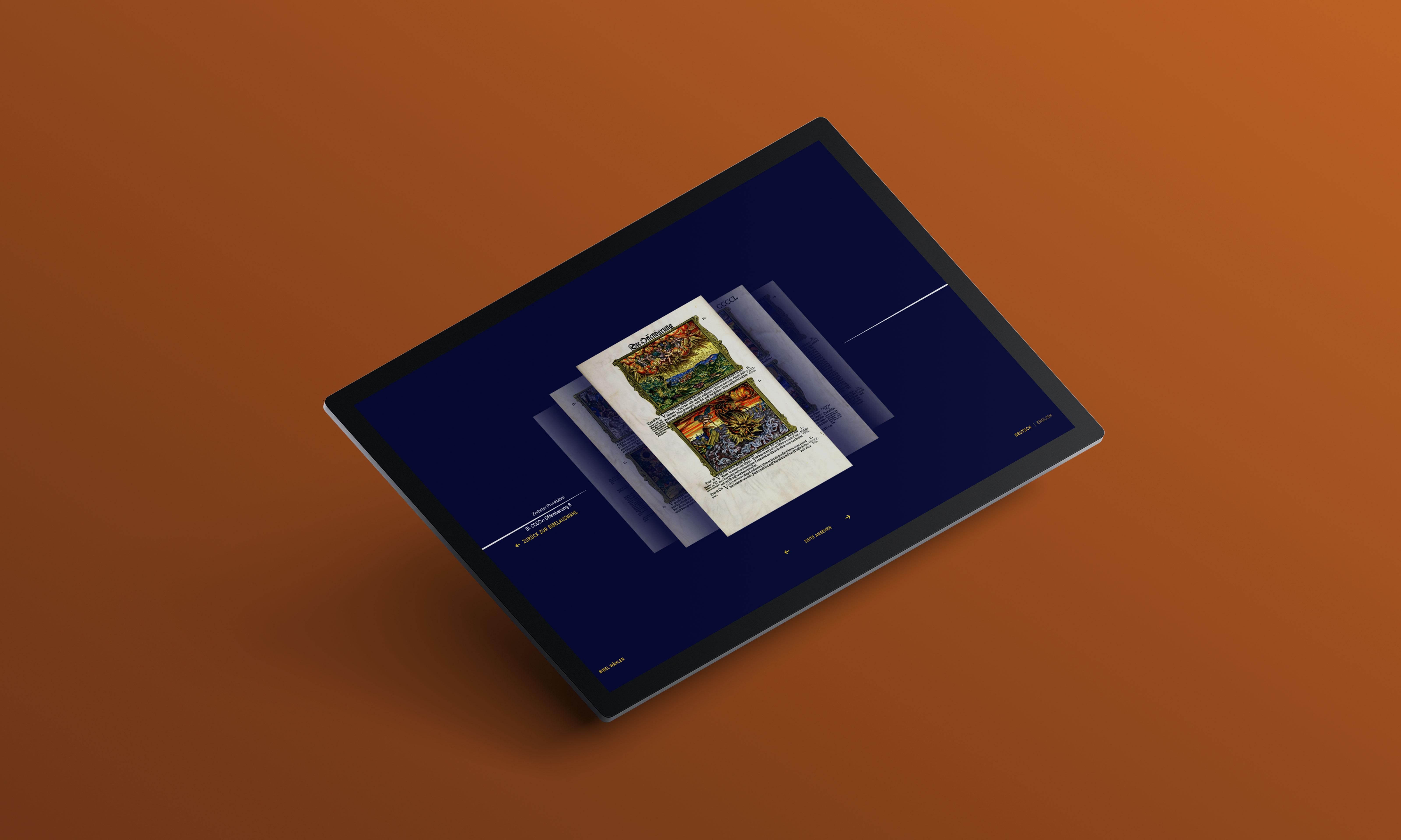 angewinkelter Touch-Screen auf braunem Hintergrund, Detailansicht der App mit der Blätterfunktion durch die Luthersche Bibel