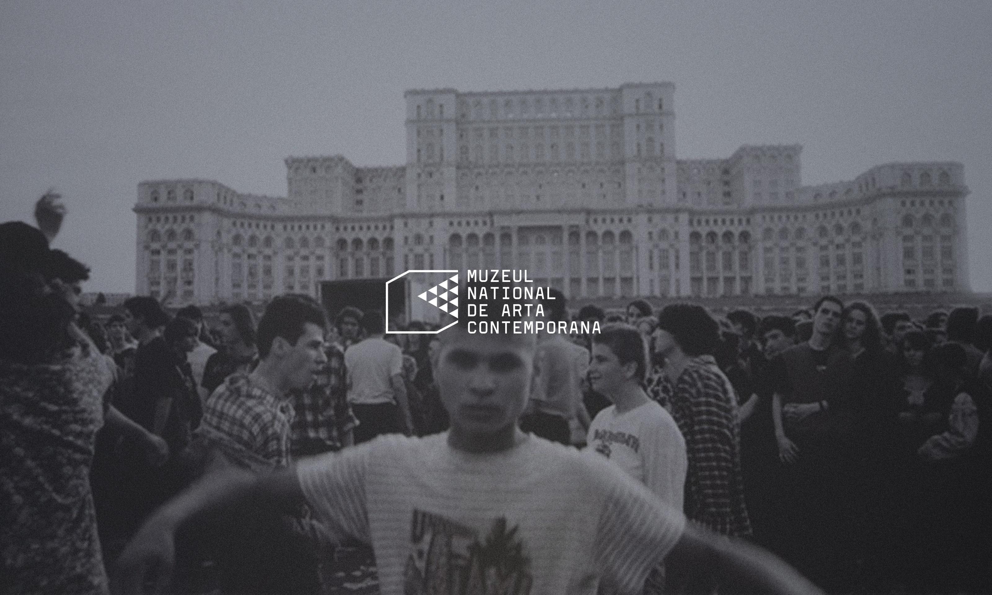 abgedunkeltes schwarz-weiss-Bild mit demonstrierende Menschenmenge vor rumänischen Regierungspalast, davor das Logo vom MNAC