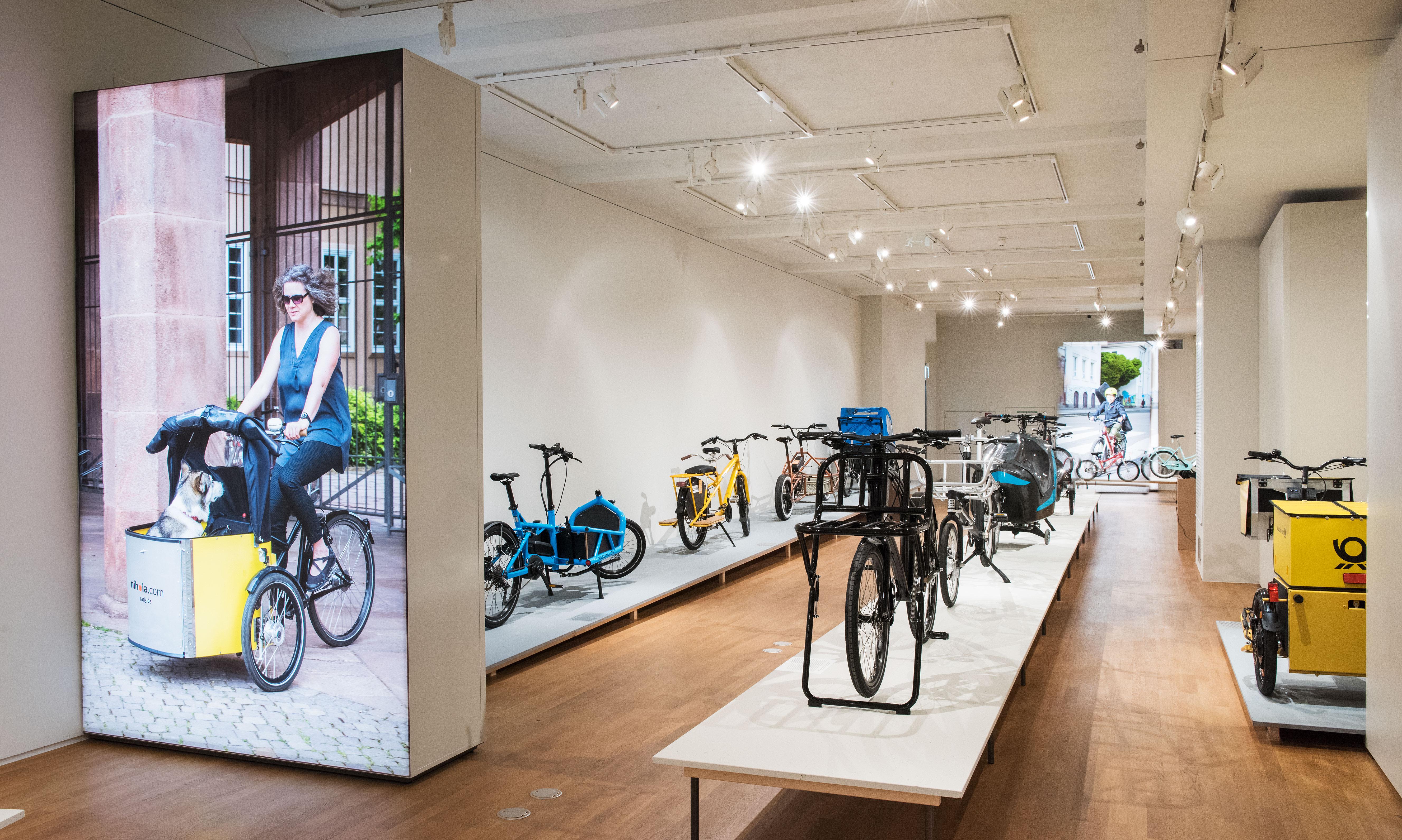 Inneaufnahme der Ausstellungsräume mit vielen verschiedenen Lastenrädern