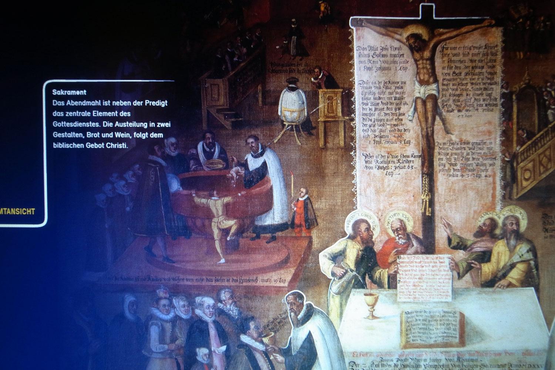 Foto einer Detailansicht des Touchscreens, altes detailriches Gemälde mit Begleittext