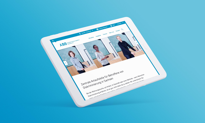schwebendes Tablet auf türkisblauen Hintergrund mit der dem Startbereich der neuen Website im Anschnitt