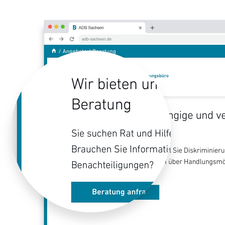 Lupe über der neuen Website, die einen Absatz der Website (Überschrift, Beschreibungstext und Button) hervorhebt