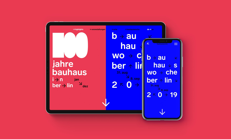 Tablet und Smartphone auf roten Hintergrund mit der jeweiligen Ansicht der Startseite