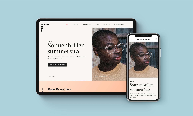 Tablet und smartphone auf blauen Hintergrund, mit jeweils Ansicht der Website