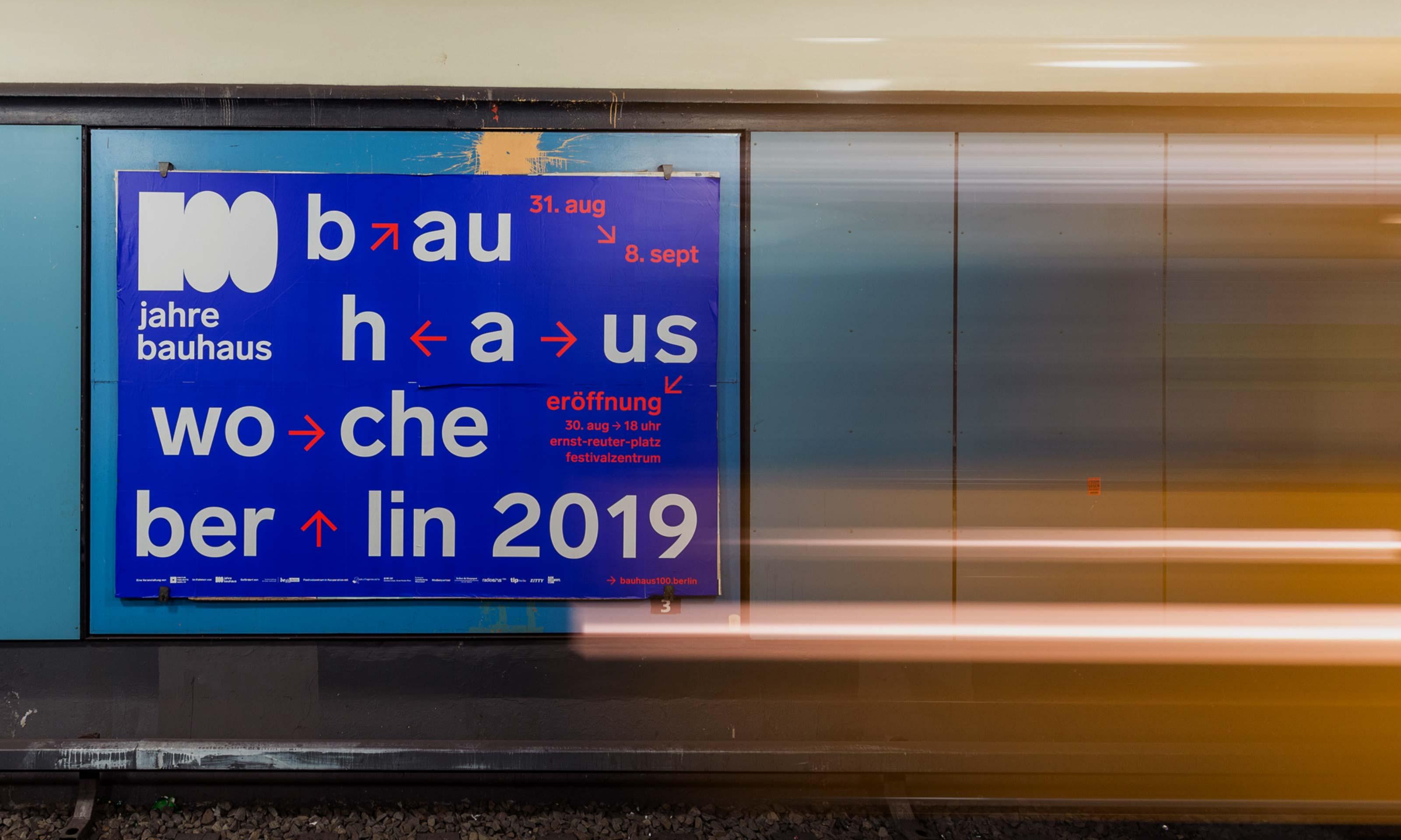 Plakat 100 Jahre Bauhaus in einer U-Bahn-Station