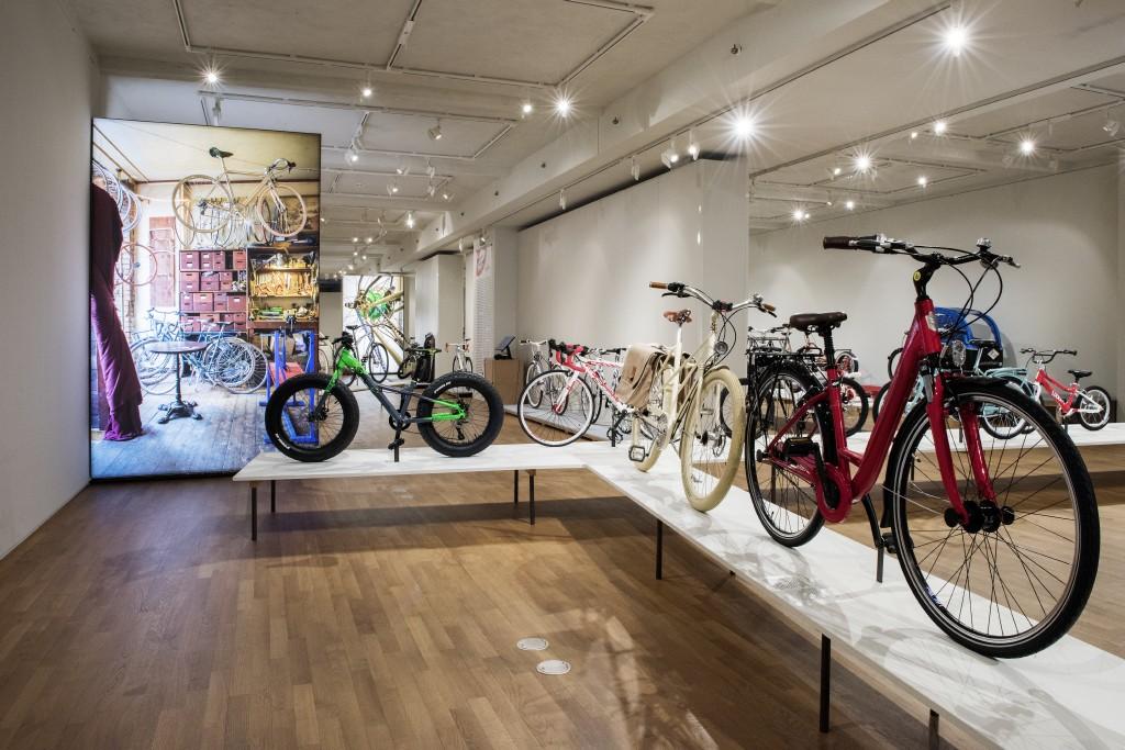 Innenaufnahme der Ausstellung mit vielen Fahrrädern