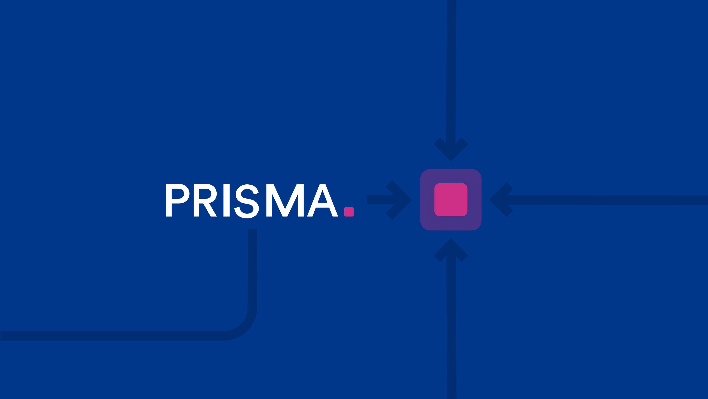 blauer Hintergrund, darauf weißes Prisma Logo und 4 dunkelblaue Pfeile die zu einem magenta-farbigen Quadrat führen