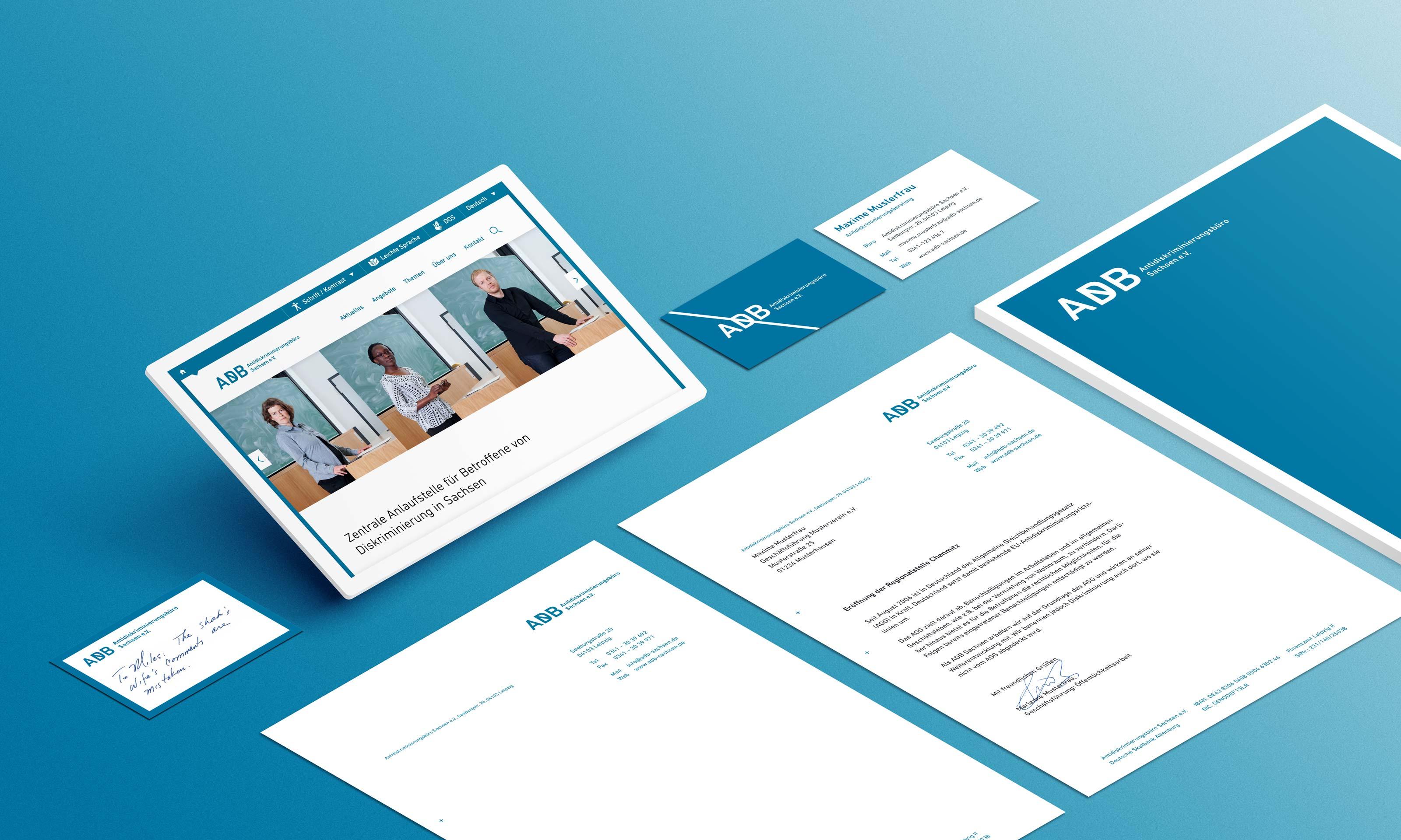 Musterbriefbögen - und -visitenkarten sowie ein Tablet mit der neuen Website des ADB-Sachsen auf türkisblauem Hintergrund