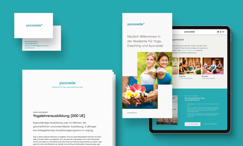 türkiser Hintergrund, davor schwebend Musterbriefbogen, -broschüre & -visitenkarte sowie Tablet mit Website