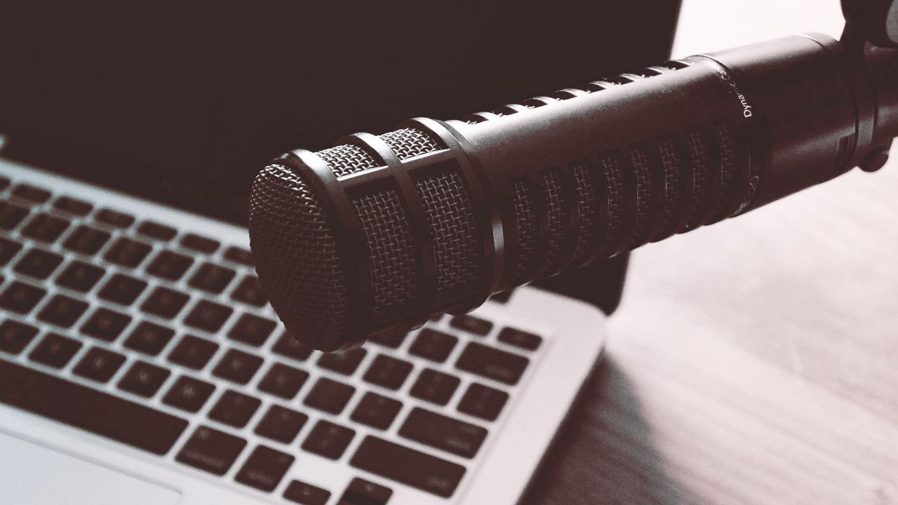 Te has preguntado qué es un podcast y por qué miempresa debería tener uno, el día de hoy te lo decimos.